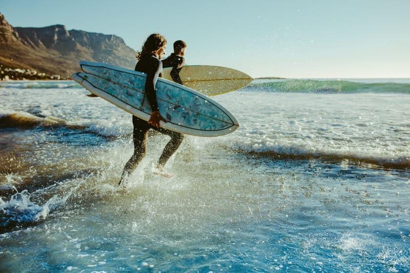 サーファーは海に飛び込む